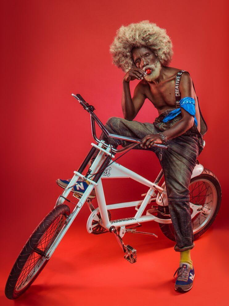 fotografias-que-muestran-a-los-abuelos-fanaticos-del-hip-hop-en-nairobi-bicicleta