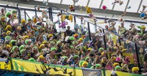 "Hinchas holandeses ""atacan"" a seguidores de equipo rival con una lluvia de peluches"