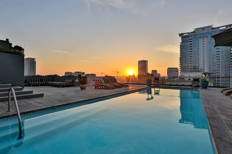 johnny-depp-pone-su-penthouse-a-la-venta-y-es-mas-de-lo-que-se-puedan-imaginar-piscina