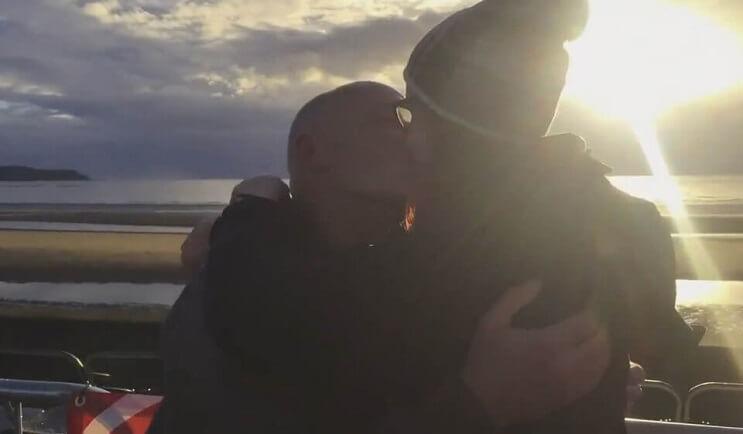 joven-de-18-anos-se-compromete-con-senor-de-60-y-abre-la-polemica-sobre-la-edad-y-el-amor-besos