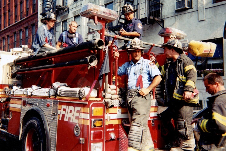 la-historia-de-este-actor-tras-el-911-lo-convierte-es-un-heroe-en-la-vida-real-carro-bombero