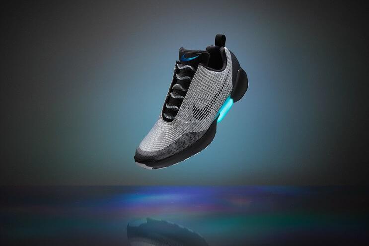 luego-de-verlas-en-volver-al-futuro-ii-finalmente-las-zapatillas-autoajustables-de-nike-han-llegado-grises