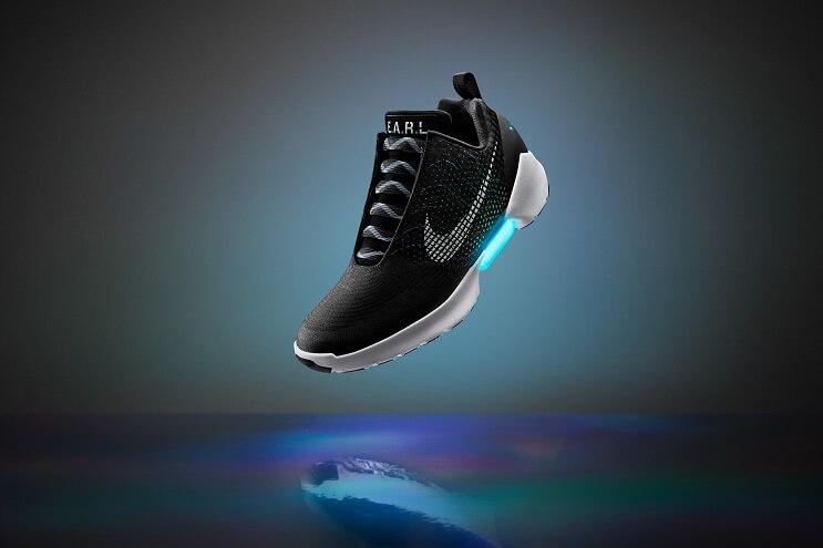luego-de-verlas-en-volver-al-futuro-ii-finalmente-las-zapatillas-autoajustables-de-nike-han-llegado-negras