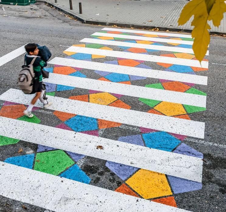 madrid-convierte-sus-lineas-peatonales-en-coloridas-obras-de-arte-caminando