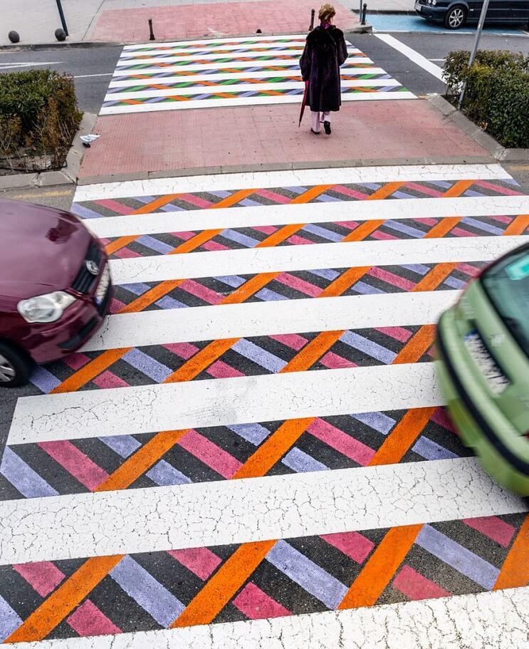 madrid-convierte-sus-lineas-peatonales-en-coloridas-obras-de-arte-carros