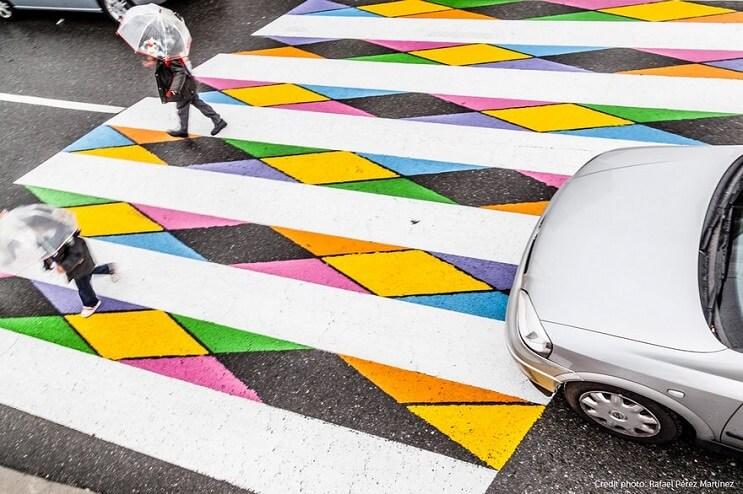 madrid-convierte-sus-lineas-peatonales-en-coloridas-obras-de-arte-paraguas