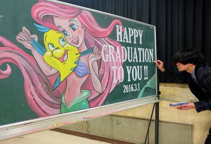 profesor-japones-incentiva-a-sus-alumnos-haciendo-obras-de-arte-en-su-pizarra-graduacion