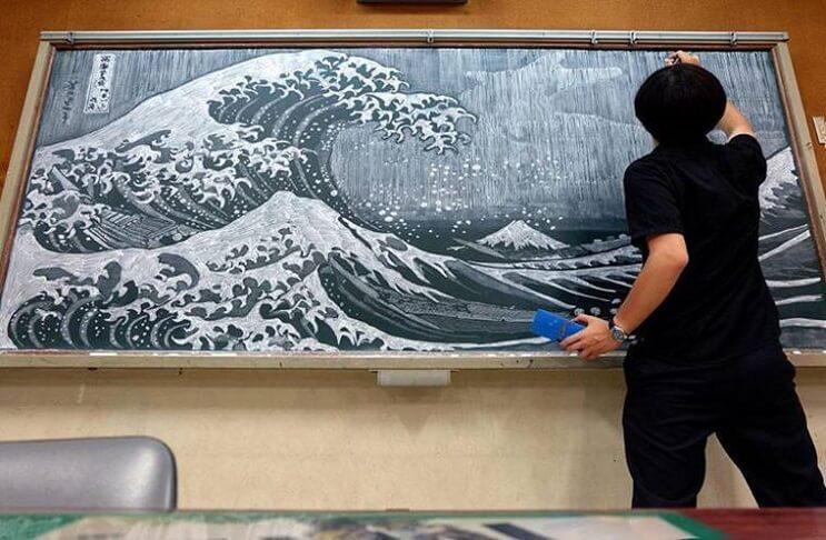 profesor-japones-incentiva-a-sus-alumnos-haciendo-obras-de-arte-en-su-pizarra-olas