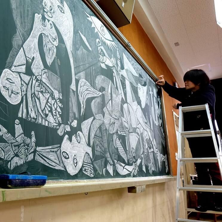 profesor-japones-incentiva-a-sus-alumnos-haciendo-obras-de-arte-en-su-pizarra-pablo-picasso