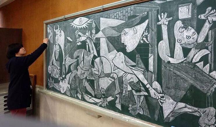 profesor-japones-incentiva-a-sus-alumnos-haciendo-obras-de-arte-en-su-pizarra-picasso