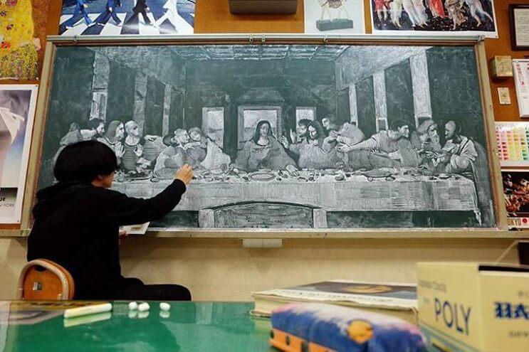 profesor-japones-incentiva-a-sus-alumnos-haciendo-obras-de-arte-en-su-pizarra-ultima-cena