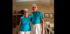 Tienen 52 años de casados y todos los días se visten igual