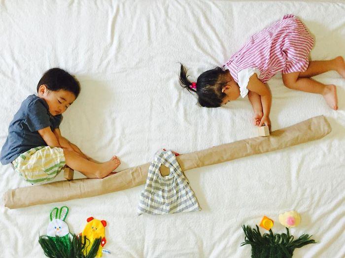 una-madre-hace-que-sus-gemelos-vivan-grandes-aventuras-mientras-ellos-duermen-columpio
