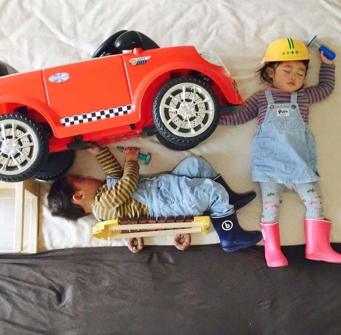 una-madre-hace-que-sus-gemelos-vivan-grandes-aventuras-mientras-ellos-duermen-mecanico