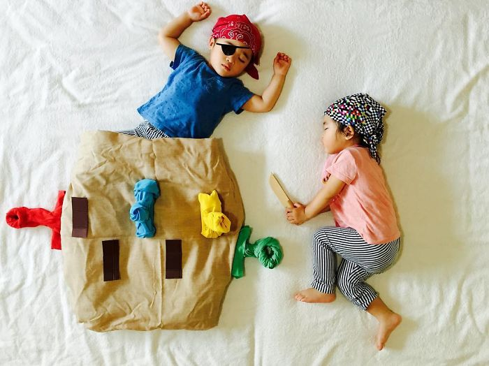 una-madre-hace-que-sus-gemelos-vivan-grandes-aventuras-mientras-ellos-duermen-piratas