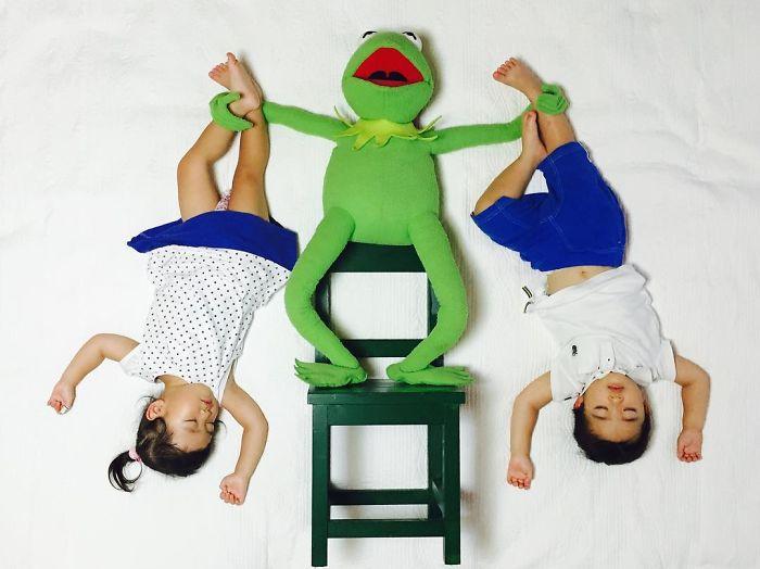 una-madre-hace-que-sus-gemelos-vivan-grandes-aventuras-mientras-ellos-duermen-rana-rene