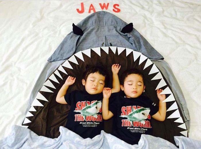 una-madre-hace-que-sus-gemelos-vivan-grandes-aventuras-mientras-ellos-duermen-tiburon