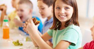 Una niña creó una aplicación que busca acompañar a los niños que almuerzan solos en el colegio