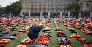 Utilizan chalecos salvavidas de los refugiados para hacer un cementerio en la Plaza Parlamentaria de Londres