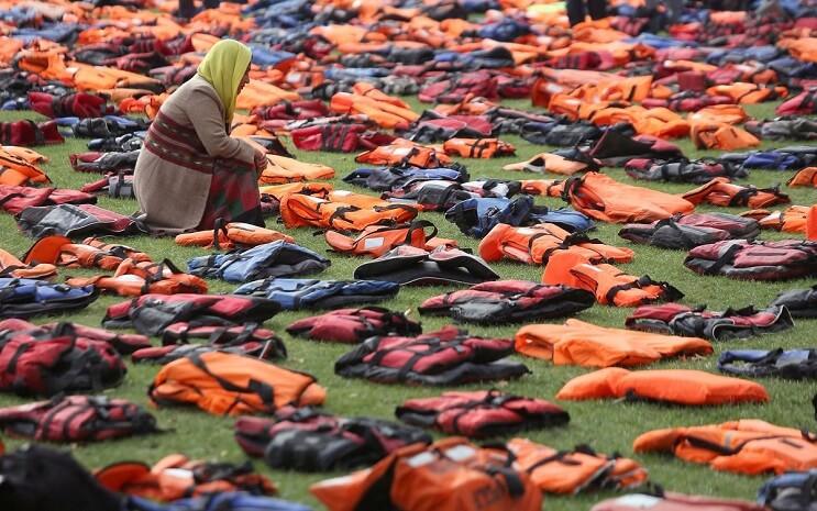 utilizan-chalecos-salvavidas-de-los-refugiados-para-hacer-un-cementerio-en-la-plaza-parlamentaria-de-londres-rezando