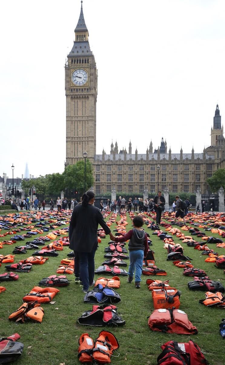 utilizan-chalecos-salvavidas-de-los-refugiados-para-hacer-un-cementerio-en-la-plaza-parlamentaria-de-londres-torre