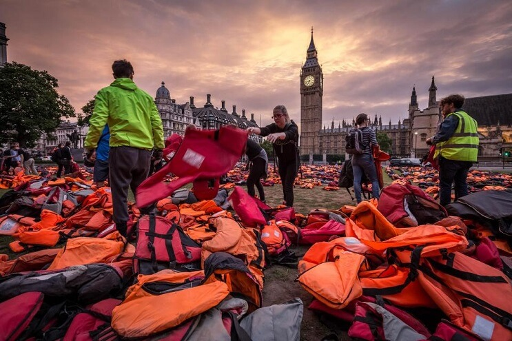 lifejackets-has-been-placed-outside-the-houses-of-parliament-salvavidas