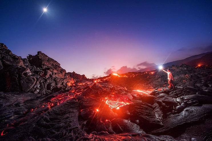 arriesgado-fotografo-logra-capturar-una-foto-realmente-impresionante-de-lava-01