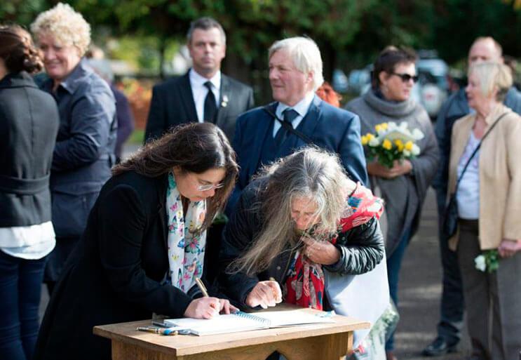 cientos-de-personas-acudieron-al-funeral-de-esta-nina-que-fue-dejada-a-su-suerte-en-plena-calle-6