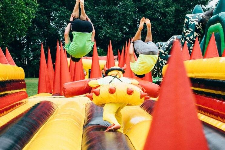el-juego-inflable-que-los-adultos-querran-tener-en-sus-casas-obstaculo