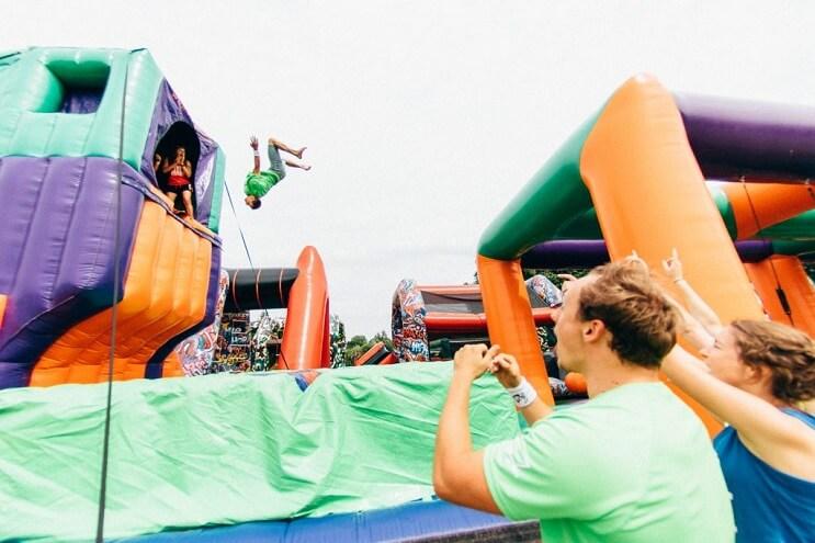 el-juego-inflable-que-los-adultos-querran-tener-en-sus-casas-salto