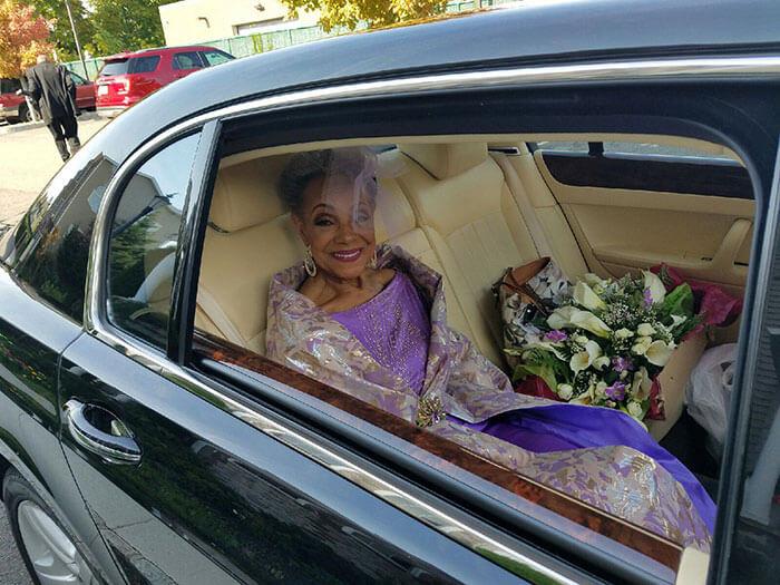 esta-abuela-se-volvio-a-casar-a-los-86-anos-con-un-vestido-hecho-por-ella-misma-movilidad