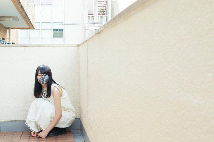 esta-artista-hace-con-su-cuerpo-escenas-que-salen-de-la-realidad-6