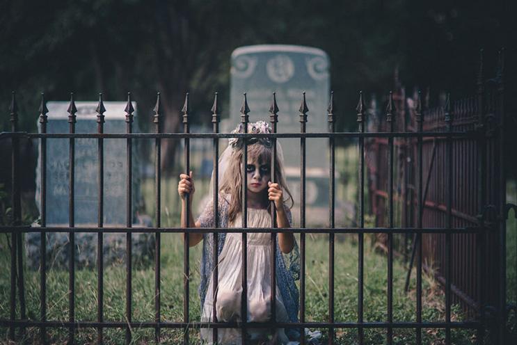 esta-fotografa-hace-con-su-hija-y-esposo-las-fotos-mas-alucinantes-para-halloween-13