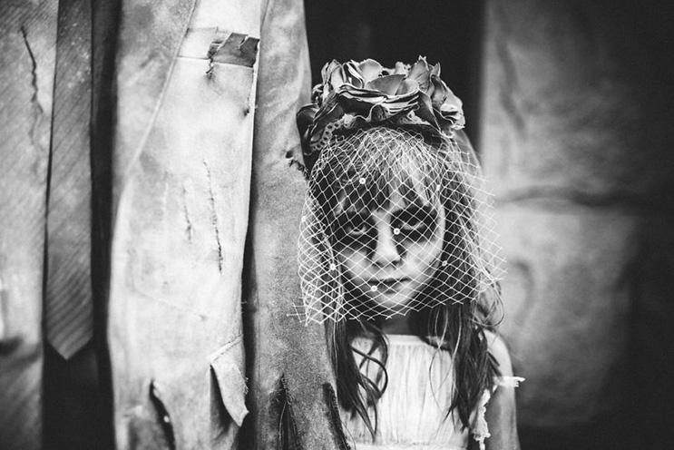 esta-fotografa-hace-con-su-hija-y-esposo-las-fotos-mas-alucinantes-para-halloween-17