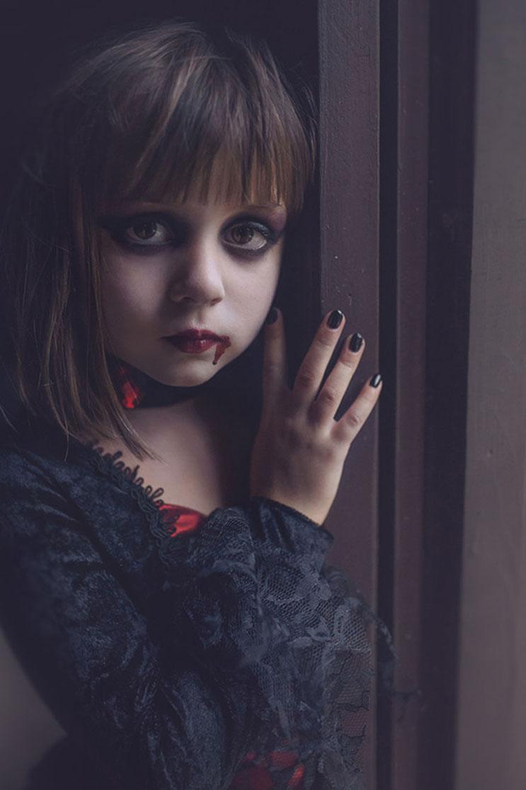 esta-fotografa-hace-con-su-hija-y-esposo-las-fotos-mas-alucinantes-para-halloween-4
