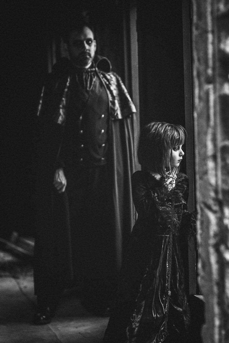 esta-fotografa-hace-con-su-hija-y-esposo-las-fotos-mas-alucinantes-para-halloween-7