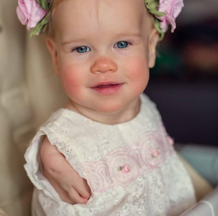 esta-nina-nacio-sin-brazos-y-ahora-ha-aprendido-a-comer-por-si-sola-5