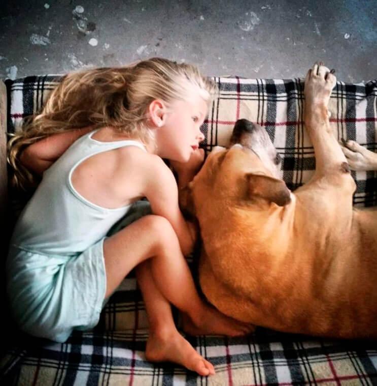 esta-nina-se-despide-de-su-mejor-amigo-perro-en-estas-emotivas-fotos-tomadas-por-su-padre-5