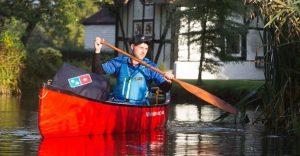 Esta tienda de Domino´s entrega sus pizzas con una canoa