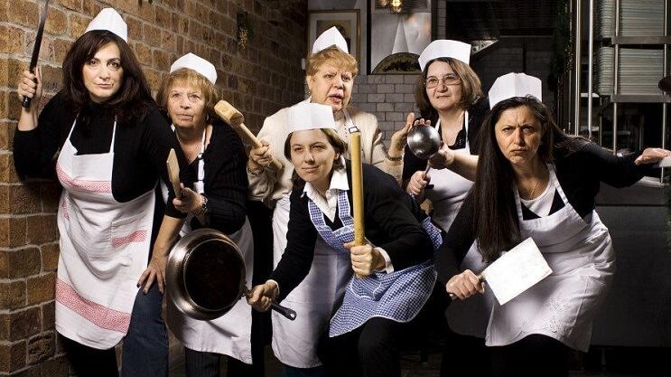 estas-abuelas-remplazaron-a-los-chefs-y-han-hecho-de-un-restaurante-el-mejor-con-comida-casera-2