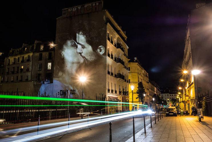 estas-proyecciones-llenaron-de-afecto-las-calles-de-paris-1