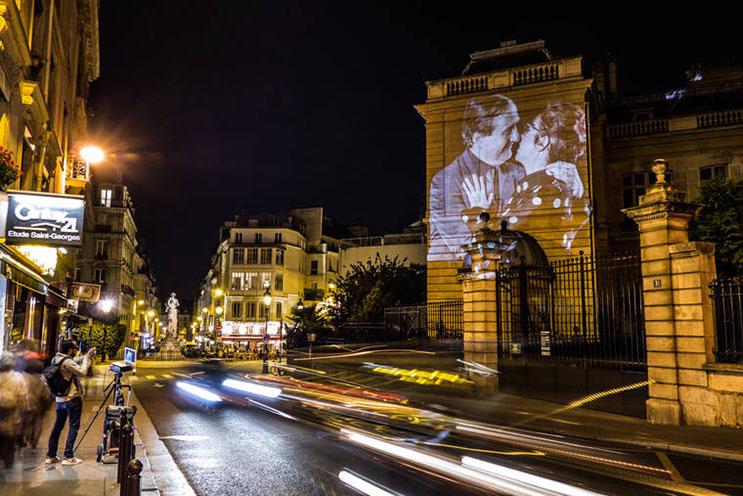 estas-proyecciones-llenaron-de-afecto-las-calles-de-paris-14