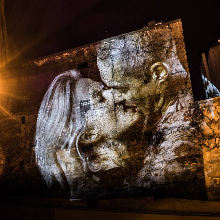 estas-proyecciones-llenaron-de-afecto-las-calles-de-paris-5