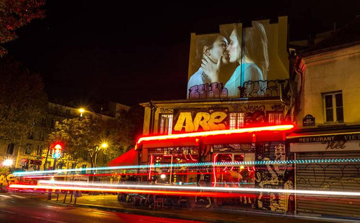 estas-proyecciones-llenaron-de-afecto-las-calles-de-paris-6