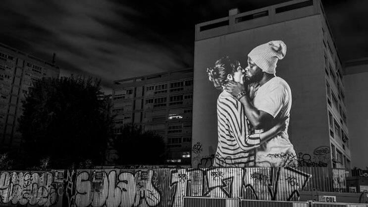estas-proyecciones-llenaron-de-afecto-las-calles-de-paris-7