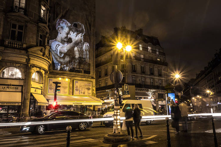 estas-proyecciones-llenaron-de-afecto-las-calles-de-paris-8