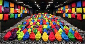 Este cine es lo más colorido que verán y dan ganas de ir solamente para sentarse