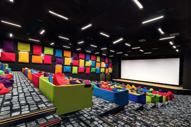 este-cine-es-lo-mas-colorido-que-veran-y-dan-ganas-de-ir-solamente-para-sentarse-02