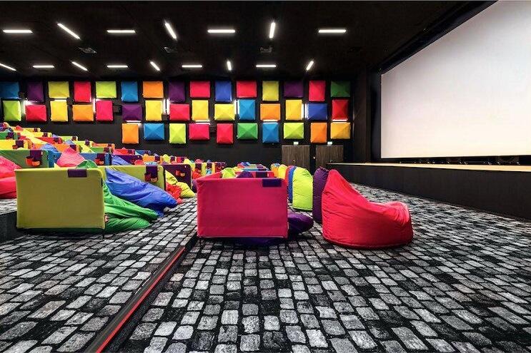 este-cine-es-lo-mas-colorido-que-veran-y-dan-ganas-de-ir-solamente-para-sentarse-03
