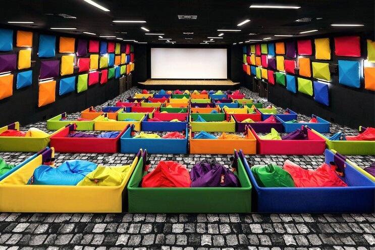 este-cine-es-lo-mas-colorido-que-veran-y-dan-ganas-de-ir-solamente-para-sentarse-04